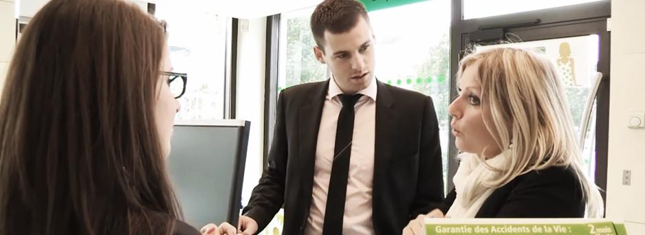 Découvrez le quotidien de Silva, chargée de clientèle, Bastien, chargé de clientèle urbain et leur manager, Adeline, chef des ventes.